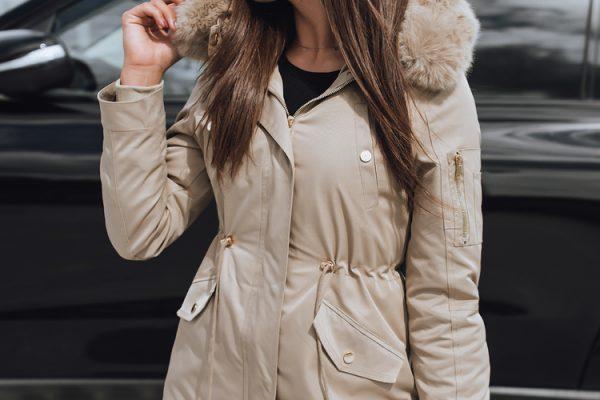 stylizacja z jesienną kurtką parką beżową
